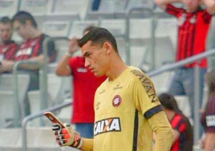 Goleiro do Atlético Paranaense usa o celular em campo em campanha de conscientização