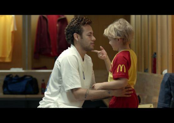 Neymar Jr. e seu filho em campanha para levar crianças para a Copa