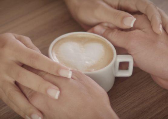 Supermercado alagoano celebra o amor entre clássicos casais no Dia dos Namorados