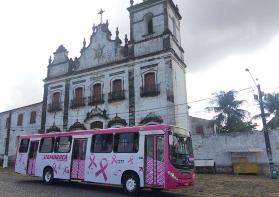 Ônibus envelopados lembram a importância da prevenção no Outubro Rosa