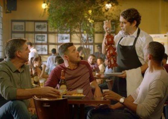 Em nova campanha, cerveja Crystal promove encontro com goleiros